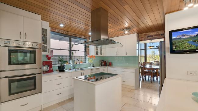 Leonay house with river views defies western sydney for Kitchens western sydney