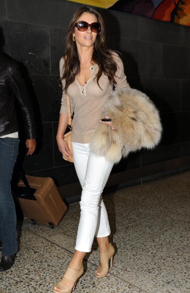 White jeans and boobs will never get old for Liz Hurley (even if the 90s were 16 years ago).