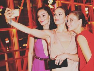Snapping selfies at Goldene Kamera 2017. Photo: Gisela Schober/Getty Images.