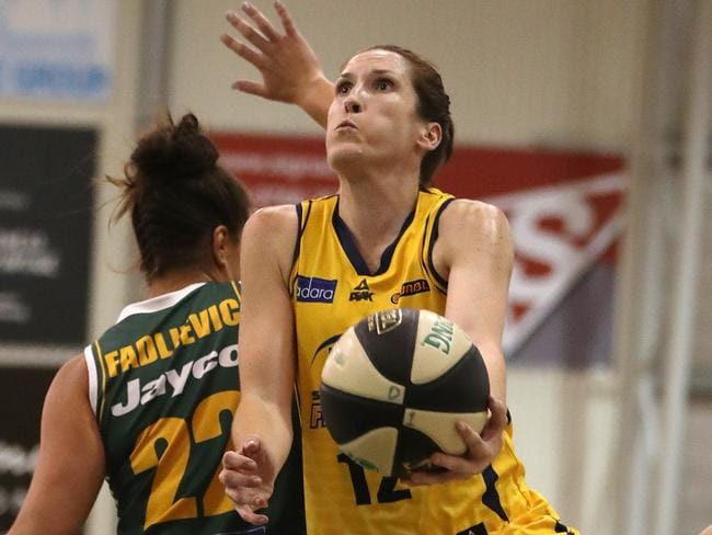 Belinda Snell lay up during the WNBL decider.