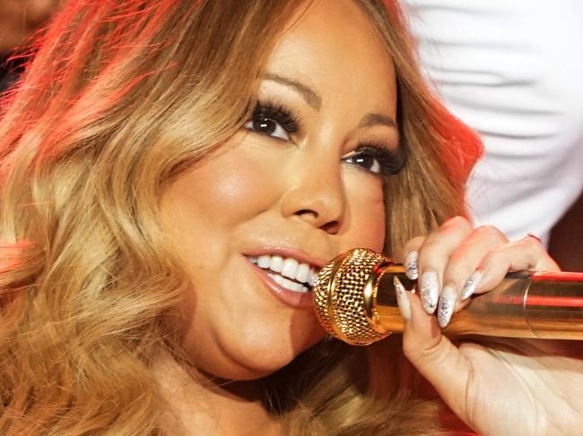 Mariah can't keep herself upright