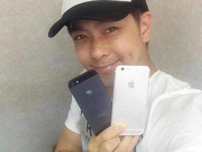Taiwanese pop star Jimmy Lin shows off pictures of Apple's new iPhone 6 next to the current version. Picture: Weibo.com/DreamerJimmy