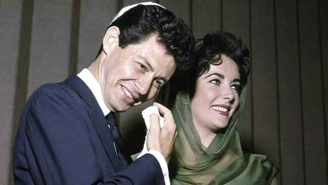 Eddie Fisher and Elizabeth Taylor posing for the media after their marriage in Las Vegas in 1959.
