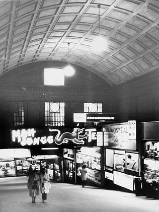 A neon sign advertises Mah Jong tea on the ramp entrance to Adelaide Railway Station in 1973.