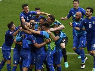 Italy's players celebrate a goal during Euro 2016 round of 16 football match between Italy and Spain at the Stade de France stadium in Saint-Denis, near Paris, on June 27, 2016. / AFP PHOTO / MIGUEL MEDINA
