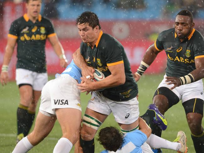 Marcell Coetzee (C) of the Springboks tackled by Marcelo Bosch and Nicolas Sanchez of Argentina.