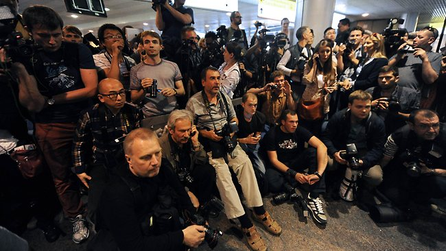 Russian journalists wait for the arrival of former US spy Edward Snowden at the Moscow Sheremetevo airport on June 23, 2013. Snowden arrived on June 23, 2013 in Russia from Hong Kong, reportedly on his way to Venezuela, escaping the clutches of US justice after leaking sensational details of cyber-espionage by Washington. Snowden, the target of a US arrest warrant issued on June 21, 2013 after he blew the lid on massive secret surveillance programmes, arrived in Moscow on a direct flight operated by Russian flag carrier Aeroflot. AFP PHOTO / VASILY MAXIMOV