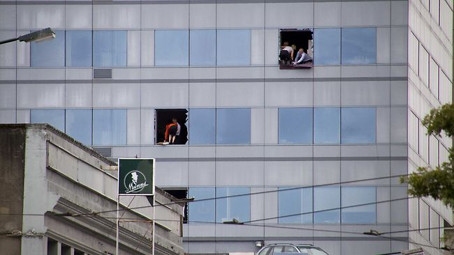 Staff prepare to be rescued from a high rise building in central Christchurch after the 6.3 earthquake. Picture: New Zealand Herald