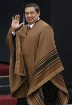 Indonesia's President Susila Bambang Yudhoyono wears a typical Peruvian poncho while walking to the group photo.