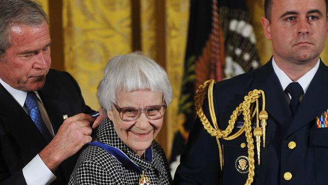 Former US President George W. Bush presents the 2007 Presidential Medal of Freedom to novelist Harper Lee.