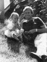 Michael Chamberlain with daughter Kahlia in Darwin. September 1985.