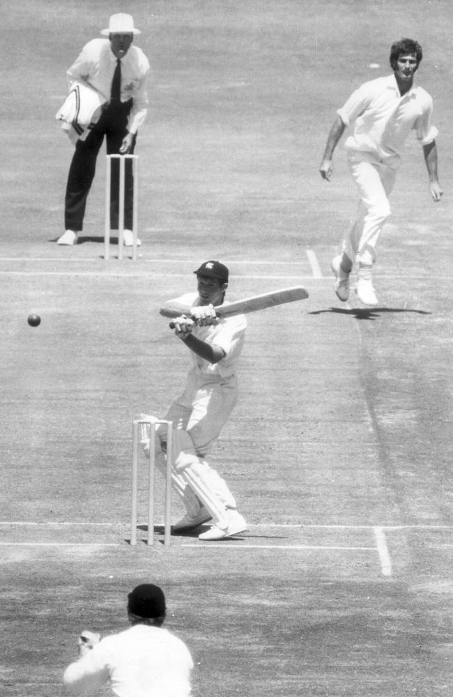 Peter Bedford tries to hook Dennis Lillee.