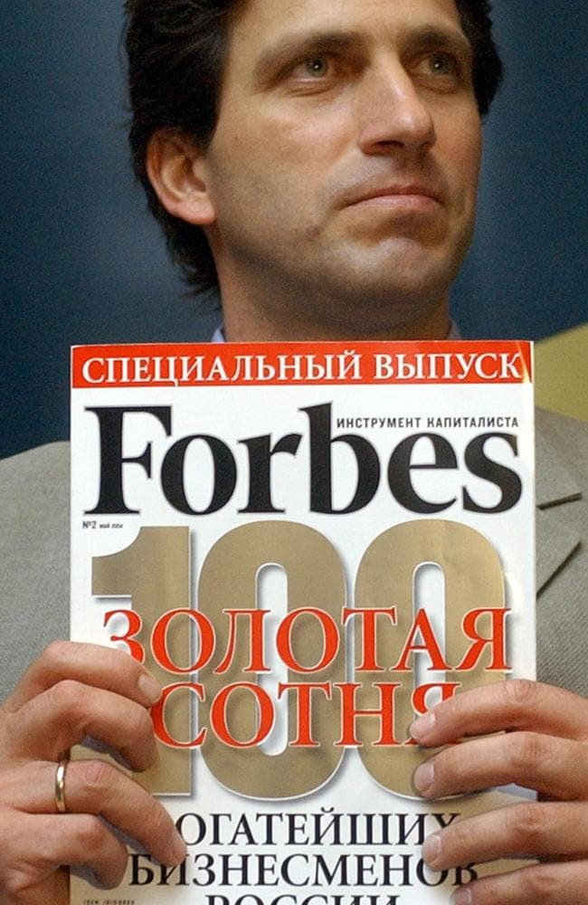 MAY 13, 2004: Paul Klebnikov, chief editor of Russian Forbes Magazine holding a special edition of his magazine during 13/05/04 press conference in Moscow. P/