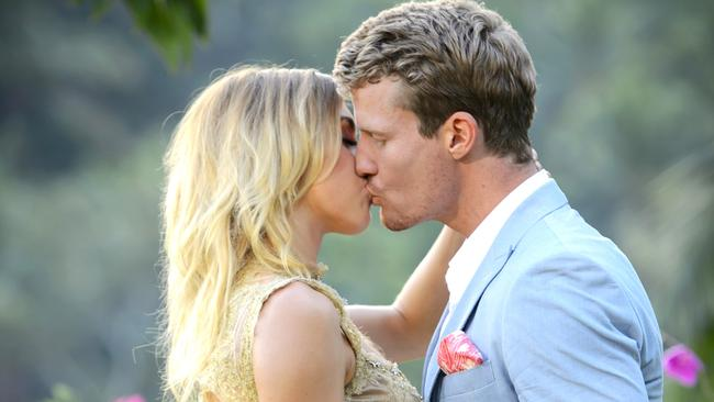 Richie Chose Alex On Last Nights Finale Of The Bachelor With Ten Confirming Love Search Will Return In 2017 Picture Network