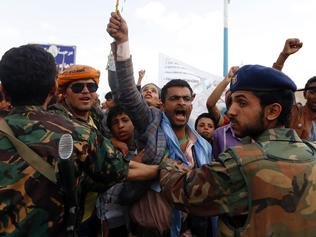 Supporters of the Huthi rebels shout slogans outside Sanaa airport upon the arrival of the UN special envoy to Yemen in Sanaa on May 22, 2017. Bodyguards of the UN envoy Ismail Ould Cheikh Ahmed had to fire in the air to disperse the protesters after he arrived in rebel-held Sanaa to jumpstart peace talks, witnesses said. / AFP PHOTO / MOHAMMED HUWAIS