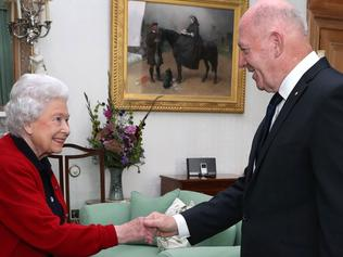 Britain's Queen Elizabeth II speaks with General Sir Peter Cosgrove, the Governor-General of Australia during a private audience in the Drawing Room at Balmoral Castle in Scotland on September 21, 2017. / AFP PHOTO / POOL / Andrew Milligan