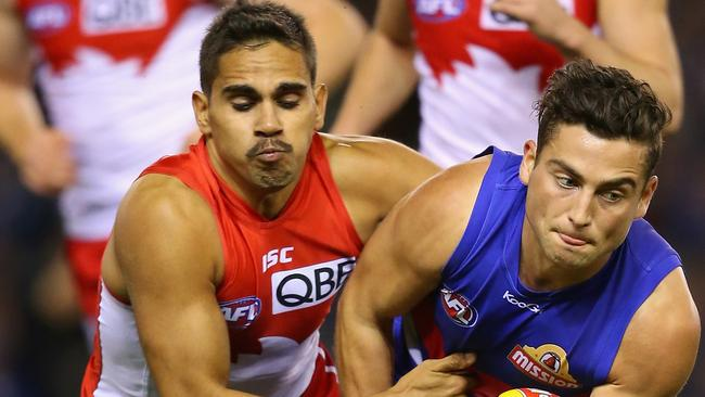Lewis Jetta tackles Luke Dahlhaus of the Bulldogs.