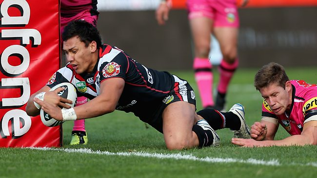 Elijah Taylor of the Warriors scores a try.