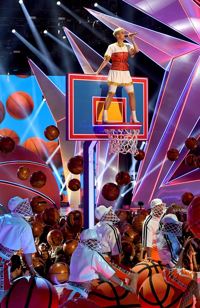 She closed the VMAs with a basketball-themed performance.