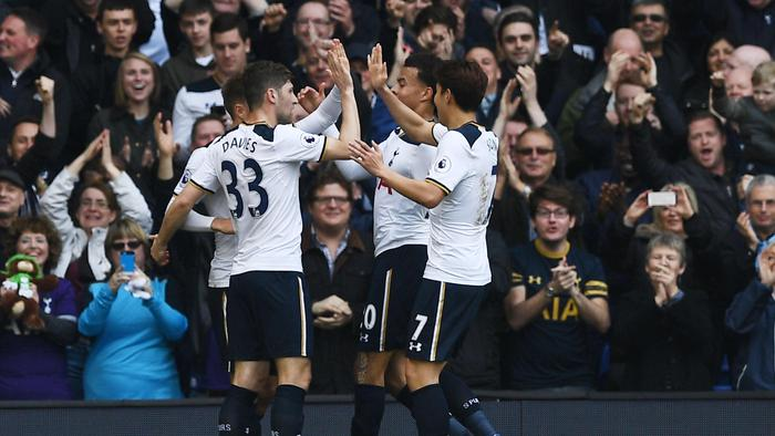 Tottenham Hotspur's Danish midfielder Christian Eriksen (L) celebrates with teammates.