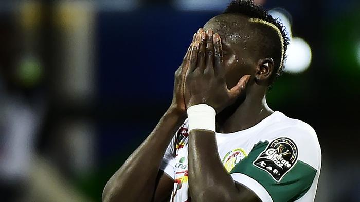 Senegal's forward Sadio Mane reacts after missing a goal opportunity during the 2017 Africa Cup of Nations group B football match between Senegal and Zimbabwe in Franceville on January 19, 2017. / AFP PHOTO / KHALED DESOUKI