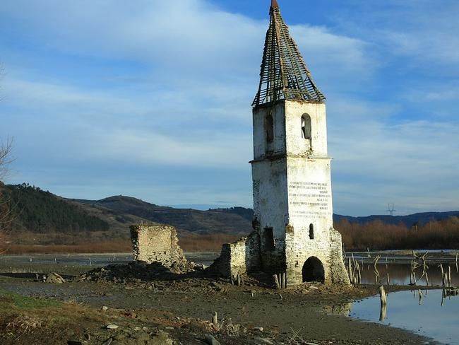 The church steeple pokes through the man-made dam. Picture: Lacihobo Source: wiki.