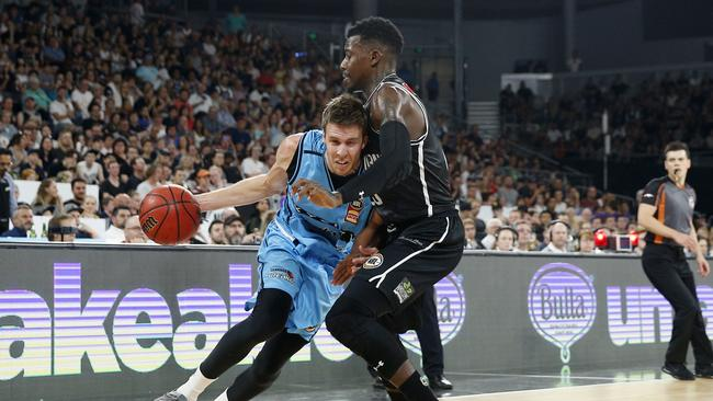 Melbourne United edge New Zealand Breakers in OT, advance to GF