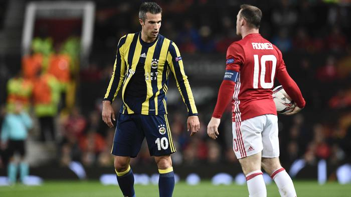 Fenerbahce's Dutch forward Robin van Persie (L) reacts with his shirt ripped as Manchester United's English striker Wayne Rooney (R) holds the ball during the UEFA Europa League group A football match between Manchester United and Fenerbahce at Old Trafford in Manchester, north west England, on October 20, 2016. / AFP PHOTO / OLI SCARFF