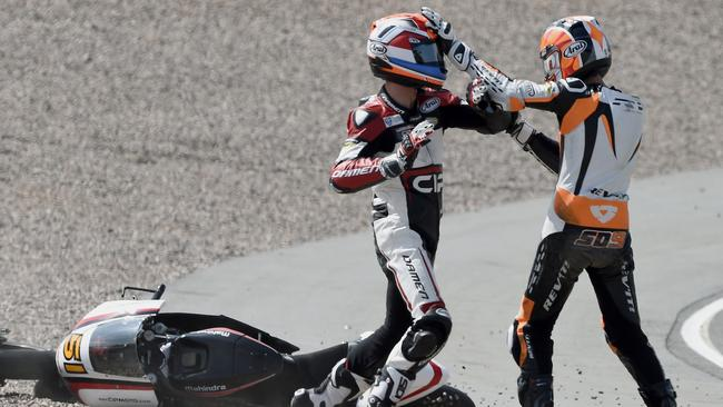 Schouten (L) and Deroue (R) fight after their crash.
