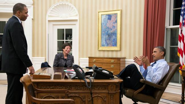 Barack Obama meets with Rob Nabors, Assistant to the President for Legislative Affairs, and Senior Adviser Valerie Jarrett in the Oval Office, 2012. Photo: AFP / The White House