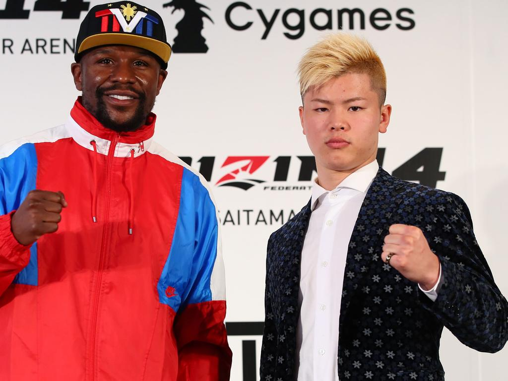 "This handout photograph taken by Rizin Fighting Federation on November 5, 2018 shows US boxer Floyd Mayweather Jr. (L) posing with his opponent, Japanese kickboxer Tenshin Nasukawa (R) during a press conference to announce their fight. - Boxing superstar Floyd Mayweather Jr said on november 5, 2018 he will come out of retirement to fight Japanese kickboxer half his age Tenshin Nasukawa, on New Year's Eve in Saitama. (Photo by Handout / Rizin Fighting Federation / AFP) / --- RESTRICTED TO EDITORIAL USE - MANDATORY CREDIT ""AFP PHOTO / RIZIN FIGHTING FEDERATION"" - NO MARKETING NO ADVERTISING CAMPAIGNS - DISTRIBUTED AS A SERVICE TO CLIENTS ---"