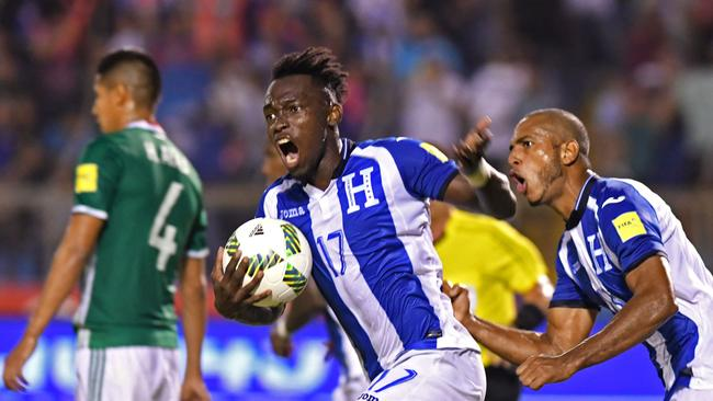 Honduras' Alberth Elis (L) and Eddie Hernandez