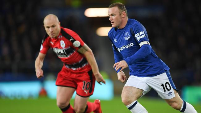 Everton's English striker Wayne Rooney (R) and Aaron Mooy.