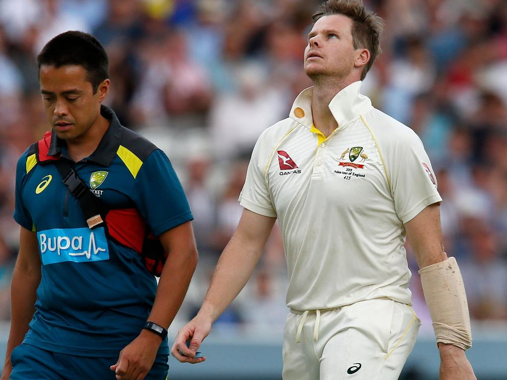 Australia's Steve Smith (R) walks off of the pitch after being hit in the head by a ball off the bowling of England's Jofra Archer (unseen) during play on the fourth day of the second Ashes cricket Test match between England and Australia at Lord's Cricket Ground in London on August 17, 2019. (Photo by Ian KINGTON / AFP) / RESTRICTED TO EDITORIAL USE. NO ASSOCIATION WITH DIRECT COMPETITOR OF SPONSOR, PARTNER, OR SUPPLIER OF THE ECB