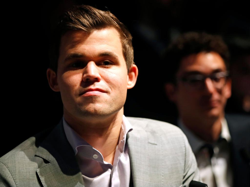 World chess champion, Norway's Magnus Carlsen (L) attends a press conference after his victory over challenger, US player Fabiano Caruana (R) in the tie-break matches of the 2018 World Chess Championship against in London on November 28, 2018. - Three-time defending chess champion Magnus Carlsen on Wednesday successfully defended his world title after demolishing US hopeful Fabiano Caruana in a winner-take-all finale. (Photo by Tolga AKMEN / AFP)