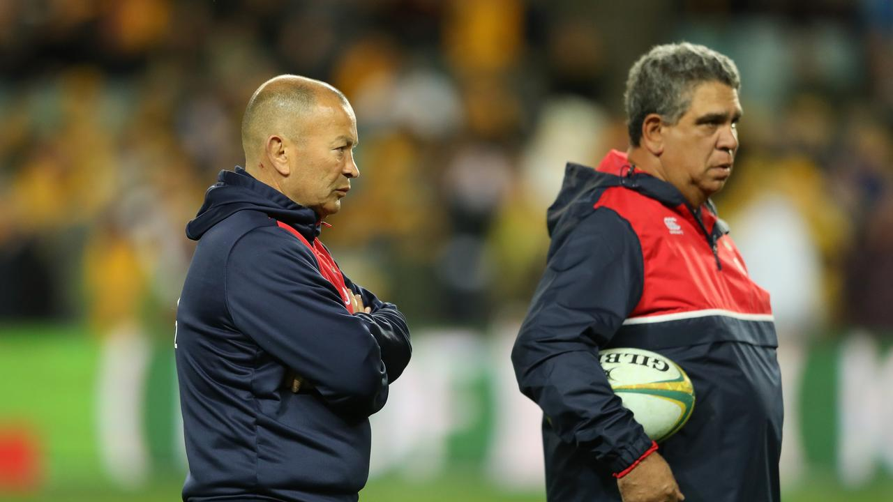 Eddie Jones (L) looks on with skills coach Glen Ella before the third Test against the Wallabies in Sydney, 2016.