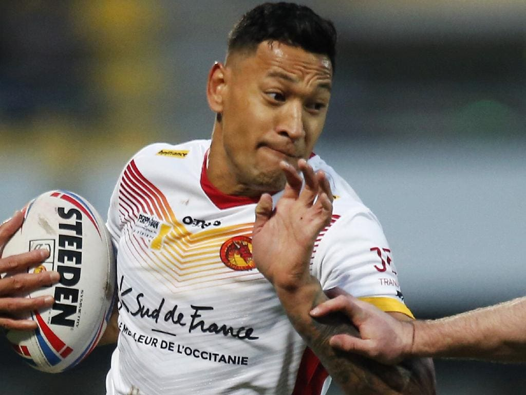 (FILES) This file photo taken on February 15, 2020 shows Catalans Dragons' Australian full-back Israel Folau (L) powering his way during the Super League rugby match between Dragons Catalans and Castleford at the Gilbert Brutus stadium in Perpignan. - With the Wallabies languishing at seventh in the world rankings, Rugby Australia's leadership in flux and the sport facing fierce competition from other codes, the coronavirus pandemic in 2020 has turned long-standing problems with rugby Down Under into a battle for survival. (Photo by Raymond ROIG / AFP)
