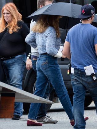 Robbie rocks '90s jeans. Picture: BackGrid