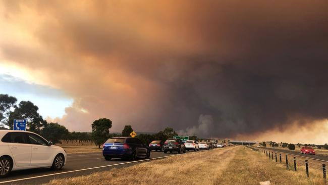 The Princes Freeway between Nar Nar Goon and Drouin has been closed as a fire burns out of control in Bunyip State Park.
