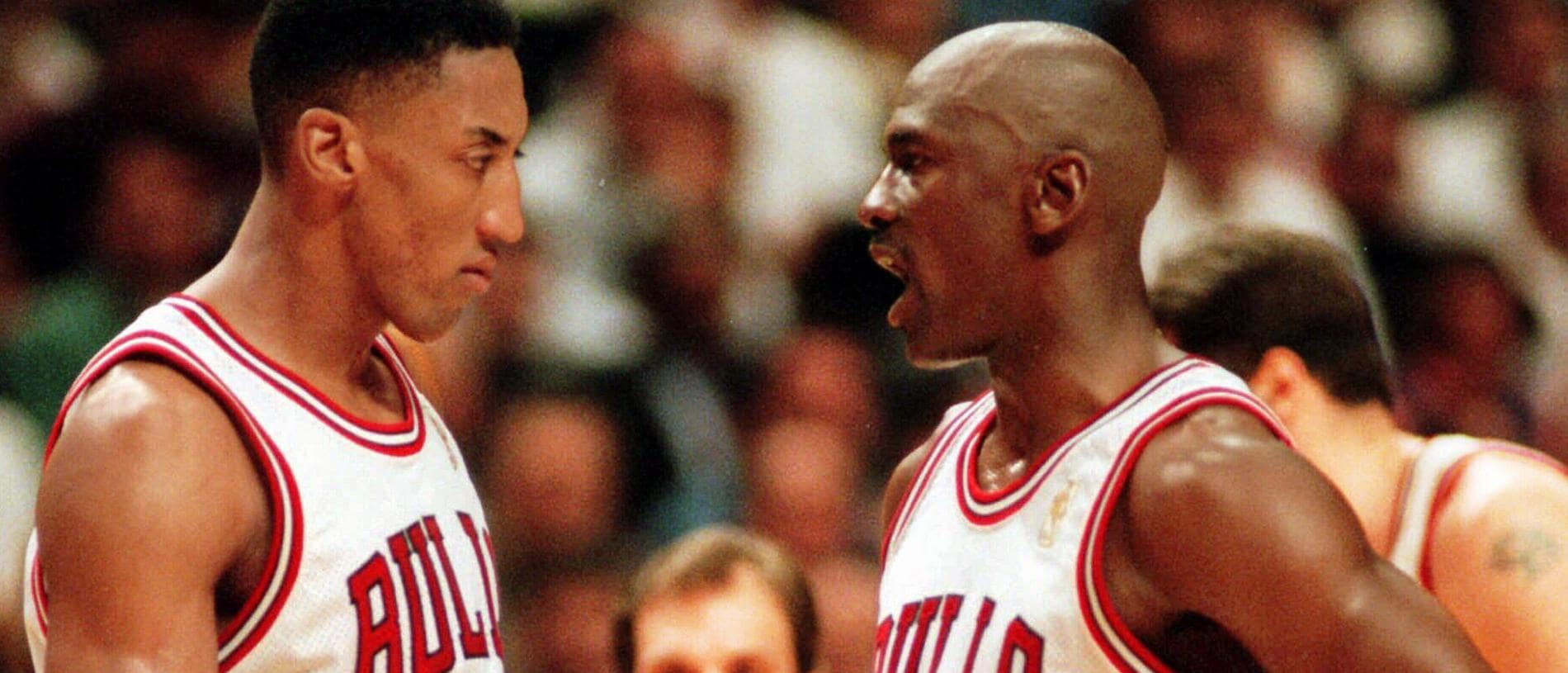 Basketballer Michael Jordan (r) talking with Scottie Pippen.  USA basketball - Atlanta Hawks vs Chicago Bulls third quarter of play-off match in Chicago 06 May 1997.   /Basketball/Overseas
