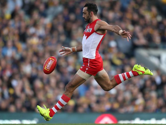Adam Goodes of the Swans kicks the ball into the forward line during the round 17 AFL match between the West Coast Eagles and the Sydney Swans at Domain Stadium, Perth, Picture: Getty