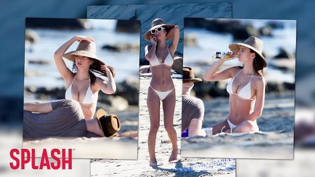 Emily Ratajkowski shows off flawless bikini body