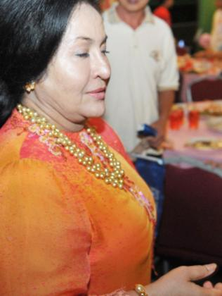 Rosmah Mansor in golden pearl necklace worth $5000 a pearl.