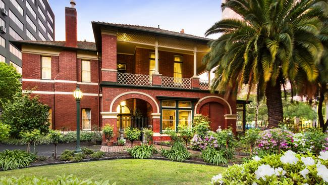There is no shortage of beautiful gardens around St Kilda Rd.