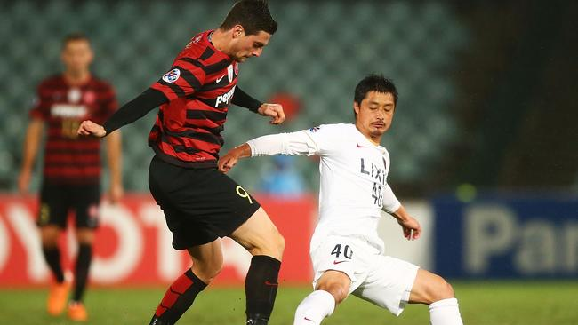Tom Juric contests possession with Ogasawara Mitsuo of Kasmina.