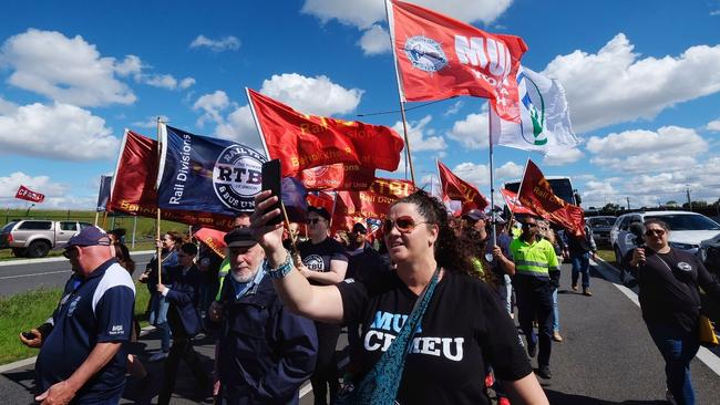 Scores of unionists descend on the Melbourne port. Picture: AAP