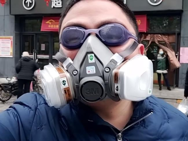 This man has paired a sanding mask with swimming goggles. Picture: Weibo