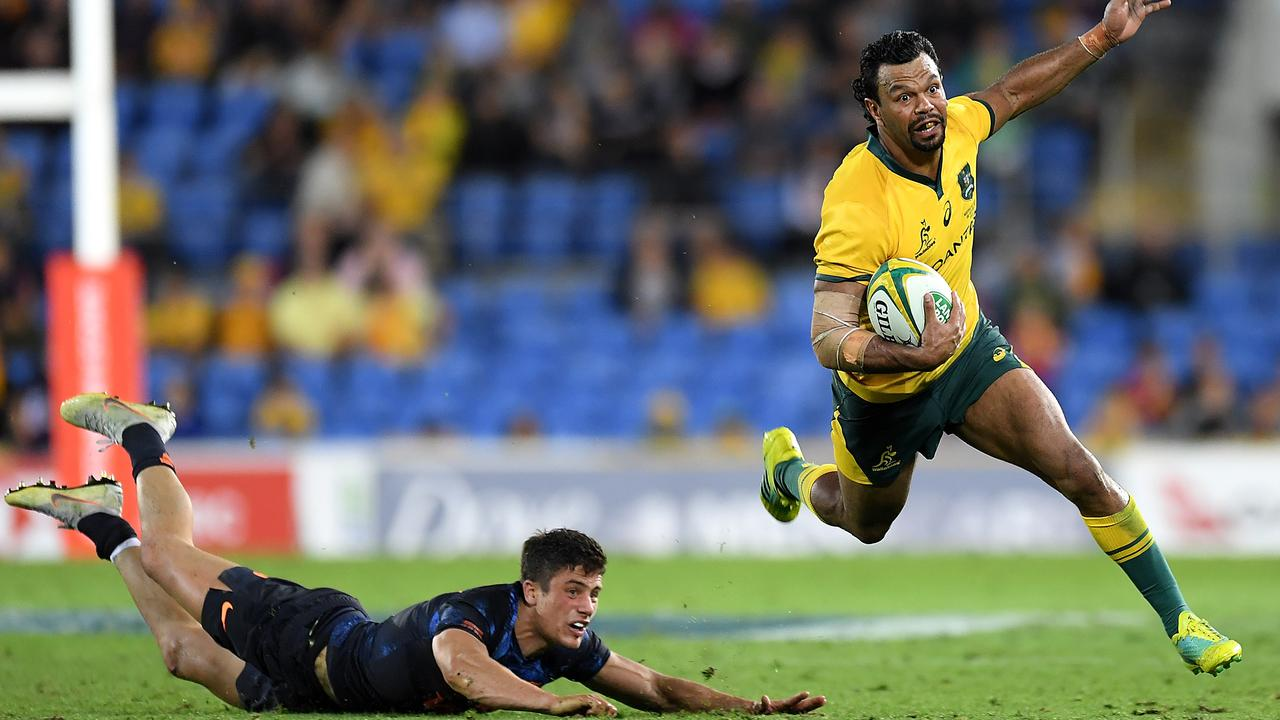 Kurtley Beale of the Wallabies evades the tackle from Bautista Delguy of the Pumas.