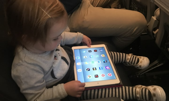 These 3 apps saved my sanity while flying with a toddler