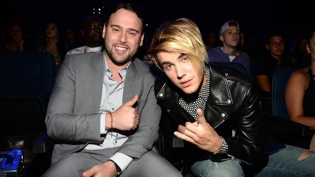 Justin Bieber has jumped to his manager's defence and disputed Swift's claims.